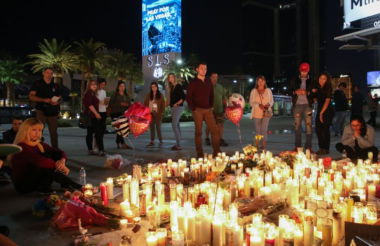 Mensen betuigen de laatste eer aan de slachtoffers van de schietpartij in Las Vegas.
