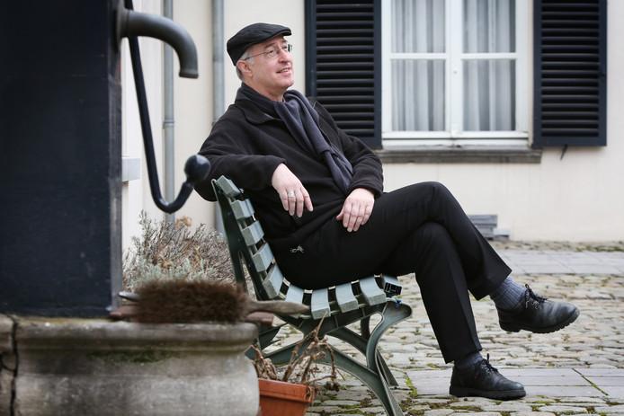 20170227 - Breda - Foto: Ramon Mangold/ Pix4Profs - Mgr. Liesen vijf jaar bisschop van Breda.<br />Mgr.Liesen op de binnenplaats van het bisschopshuis.