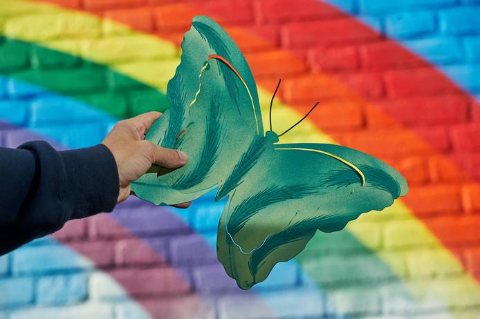 Een van de vier metalen vlinders die vandaag op de regenboogmuur van basisschool de Korenaer wordt gehangen.