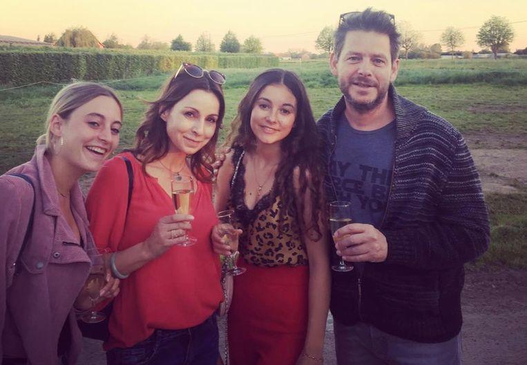 Bieke Ilegems met haar partner Eik Goossens en hun twee dochters Noa en Milà.