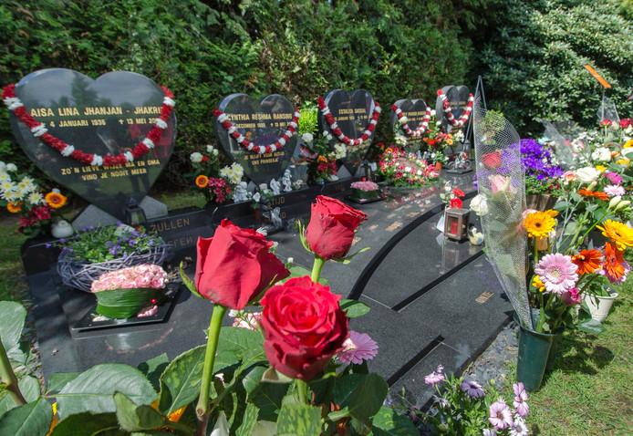 De graven van de familie Ransing, die kort na de herdenking van de vuurwerkramp werden bestolen.