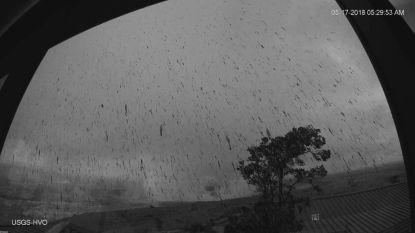Explosieve uitbarsting vulkaan Kilauea op Hawaï, as en stenen kilometers ver de lucht in geslingerd