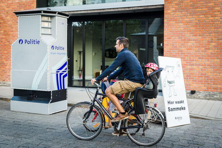 Papa Diederik met zoon Basiel achterop rijdt voorbij de superflitspaal aan basisschool Westerhem.