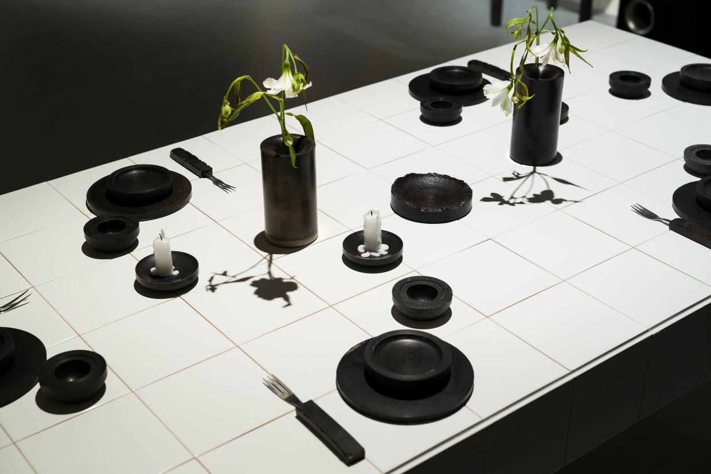 Deze vazen, schalen en drinkbekers zijn gemaakt van dierenbloed. Deze conversation piece van ontwerper Basse Stittgen symboliseert zowel leven als dood. Beeld Boudewijn Bollmann