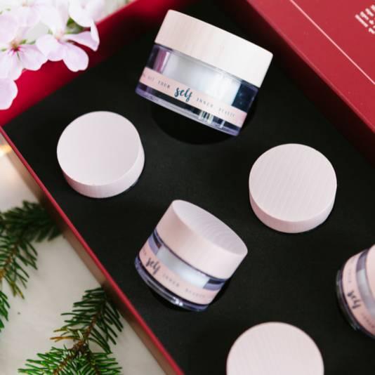 Kit comprenant des miniatures des produits de soin Self. Prix: 75 euros. Disponible sur le site de Self.