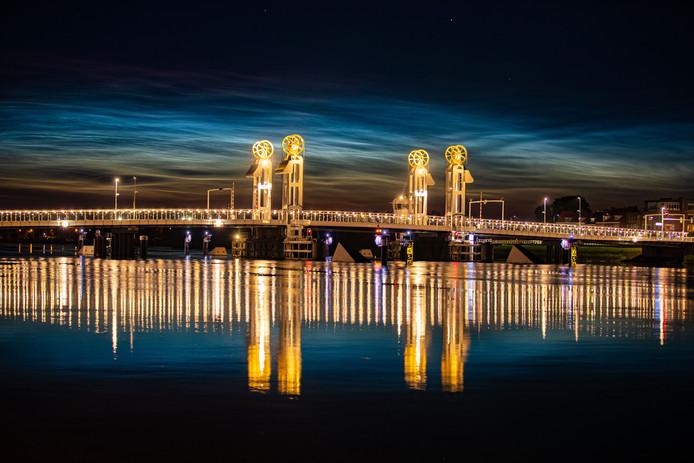 Lichtende nachtwolken rond 1.00 uur goed te zien bij Kampen in noordwestelijke richting. Ook de weerkaatsing van de de brug in het water oogt overigens zeer fraai.