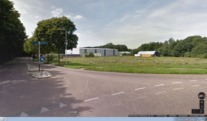 Rechts het huidige onderkomen van CV De Componisten, een nissenhut op de hoek Vendreef-Nassaulaan in Vlijmen. De linkse loods is al door Heusden verkocht. De grond is nodig voor de aanleg van een rotonde, onderdeel van de plannen voor Gebiedsontwikkeling Oostelijke Langstraat (GOL).