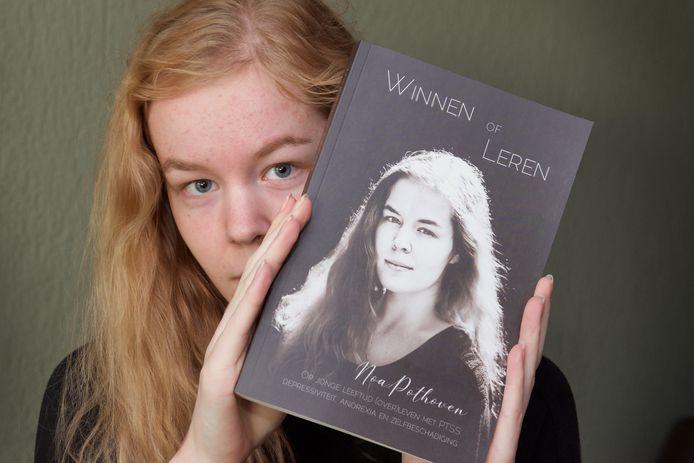 Noa Pothoven in november vorig jaar met haar boek 'Winnen of leren'.