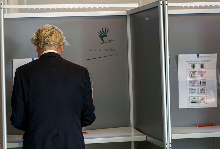 Geert Wilders brengt zijn stem uit bij de Europese verkiezingen van 2014.