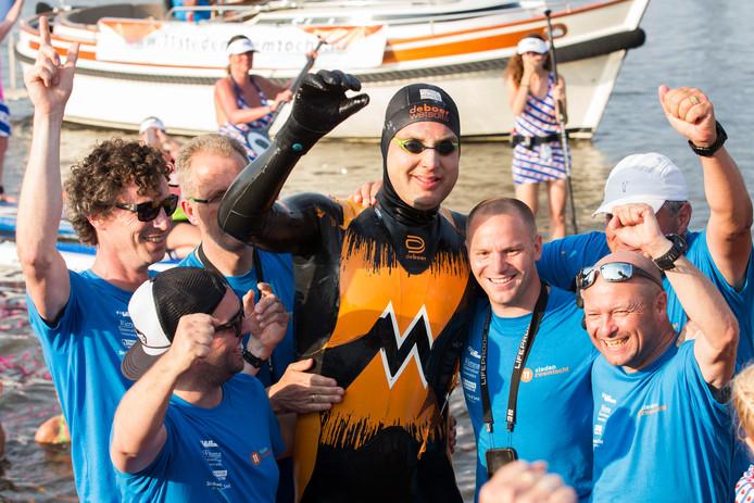 De Elfstedenzwemtocht van Maarten van der Weijden heeft tot nu toe ruim 5,1 miljoen euro opgeleverd.