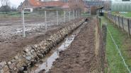 Poreelbeek wordt via open bedding rond voetbalveld gestuurd