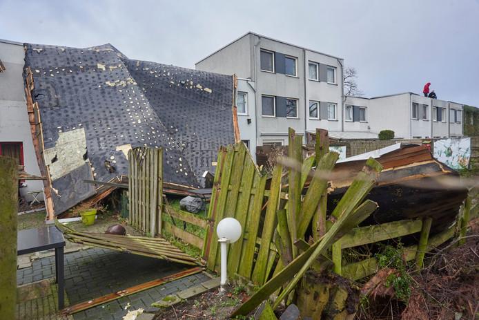 Stormschade aan woningen aan de Wachtendonk in Uden.