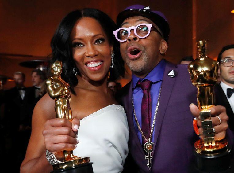 Regina King en Spike Lee met hun Oscars.