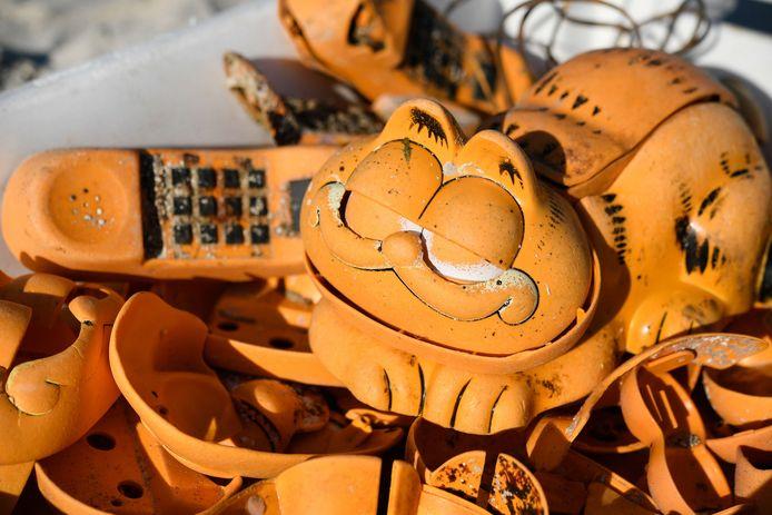 Tussen en onder rotsblokken bij de grot werden 23 complete telefoons met alle snoeren er nog aan gevonden.