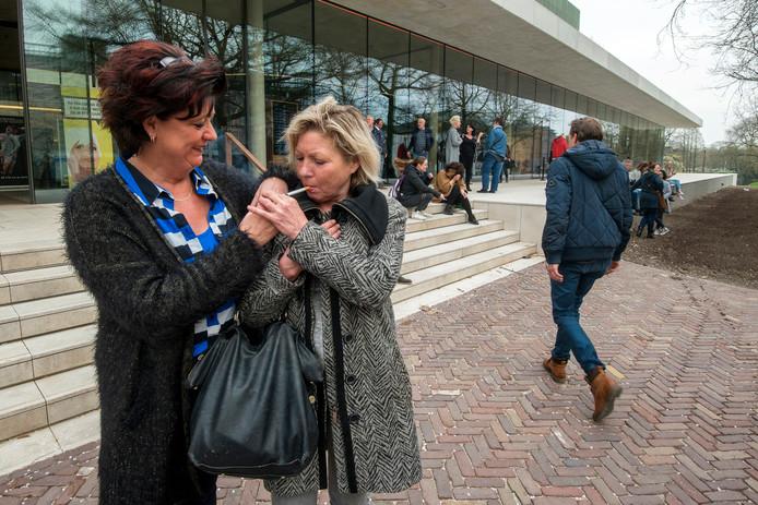 Louise Nas (links) geeft Rita Keizers een vuurtje tijdens de rookpauze van de antirokencursus in Musis in Arnhem.