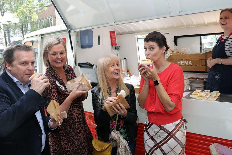 Burgemeester Paul Van Miert, HEMA-directeur Carla Velghe, Micha Marah en Evi Gruyaert smullen aan de HEMA-foodtruck.