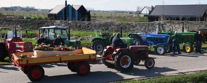Kees Versteegh brengt zijn vader met een oude tractor naar het crematorium.
