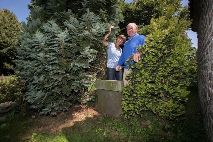 Rob Gijsberts en Rika Piters bij het graf van Dobelmann.