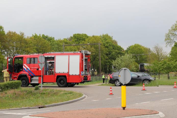 De Reebokkenweg in Holten is afgesloten vanwege de aanrijding.