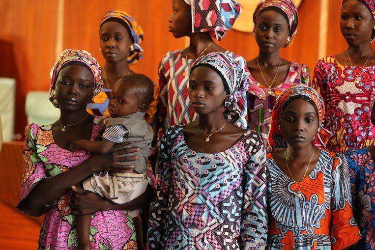 Vrijgelaten Chibok schoolmeisjes gingen na hun vrijlating door Boko Haram op bezoek bij president Muhammadu Buhari, oktober 2016.  Beeld REUTERS