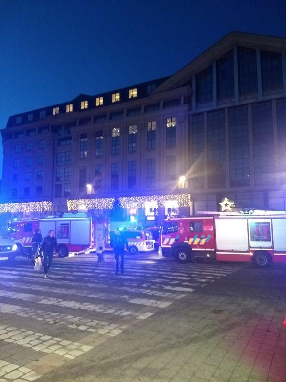 Brandweer en politie zijn ter plaatse. Enkele honderden mensen werden geëvacueerd.
