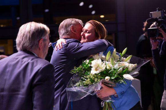 Patrick Dewael omhelst Gwendolyn Rutten.