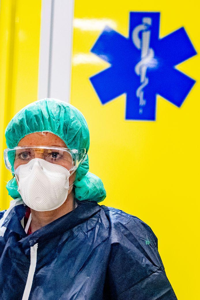 Een zorgverlener in beschermende kleding. Wijkverpleegkundigen van TWB die thuisverpleging bieden aan coronapatiënten moeten ook beschermende kledij aantrekken.