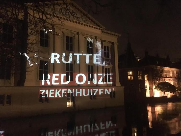 De tekst die de SP projecteerde op de achterkant van het Mauritshuis, naast het Torentje