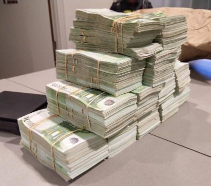 Na tellen van alle biljetten kwam de politie uit op een bedrag van 700.000 euro.