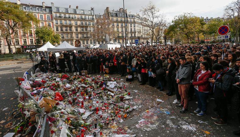 Burgers tonen solidariteit door een minuut stilte te houden in het centrum van Parijs. Beeld anp