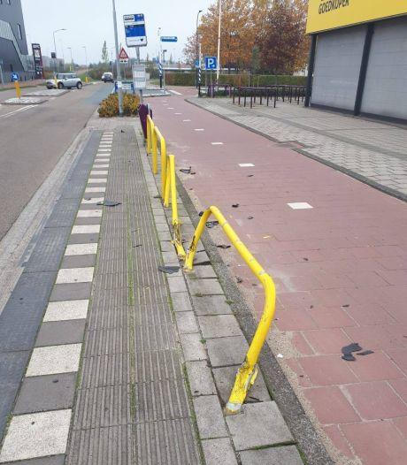 Dronken automobilist rijdt na 'bizar' ongeval door in Waalwijk: 'Gelukkig stond er niemand bij de bushalte'