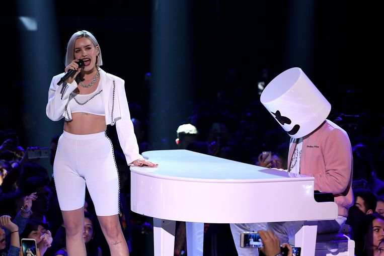 Anne-Marie en Marshmello tijdens de show.