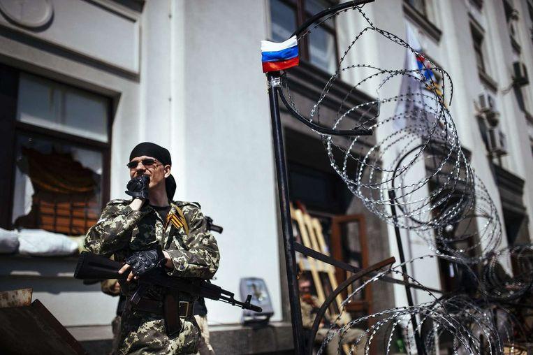 Pro-Russische militanten voor een regeringsgebouw in Loegansk.
