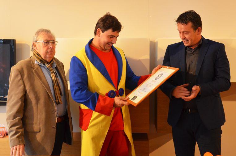 Max De Zwaef uit Haaltert verbreekt het wereldrecord van 'Fastest Modelling Balloon Dog'. Hij krijgt een - voorlopig nog niet officieel - certificaat.