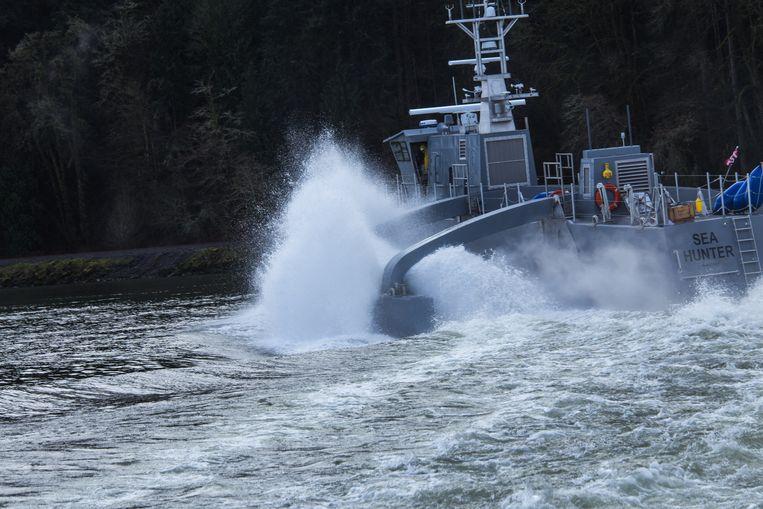 Het onbemande schip Sea Hunter is in januari door onderzoekers overgedragen aan de Amerikaanse marine voor testen op zee. Het schip kan maandenlang zelf varen om vijandelijke onderzeeboten op te sporen en eventueel aan te vallen. Beeld DARPA