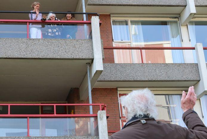 Jan van den Berg (91) zwaait naar zijn vrouw.