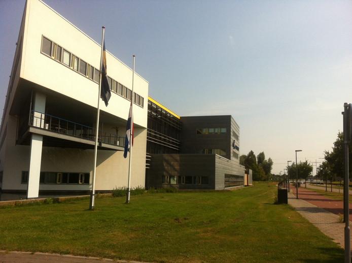 Bij het politiebureau in Deventer hangt de vlag halfstok