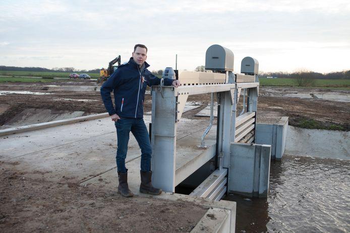 Projectleider Stef Fortkamp op de plek waar het water het nieuwe stukje Overijsselse Vecht in kan stromen.