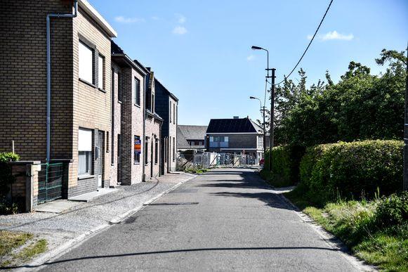 Tot aan de supermarkt in de Sarosstraat zal er een nieuwe asfaltlaag gelegd worden.