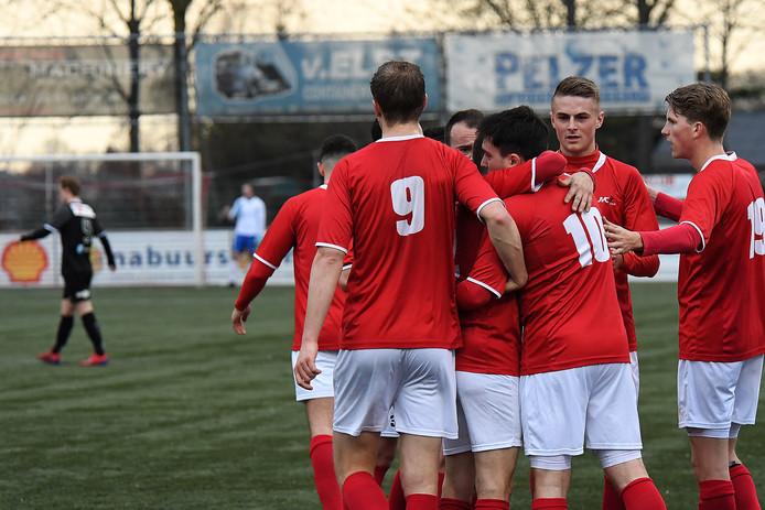 Spelers van JVC vieren de treffer van Furkan Alakmak (10) tegen Jong FC Volendam.