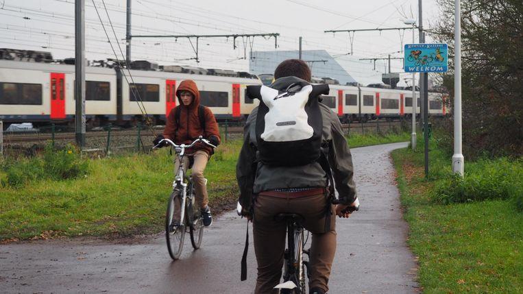 Onderzoeker Jelle Hofman vergeleek de luchtkwaliteit tussen een fietsostrade en een drukke verkeersas.