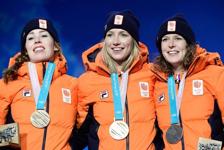 Nederland pakt op de eerste schaatsafstand op de Spelen meteen goud, zilver en brons.