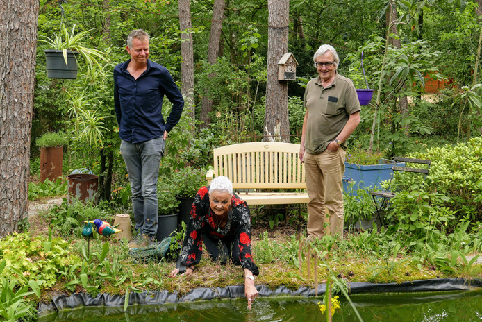 Adriaan van Dam, Edith van Leeuwen en Peter Schraven van Huiseigenarenvereniging Bosbewoners Distelberg in Helvoirt willen net als hun leden in deze lommerrijke omgeving blijven wonen. g