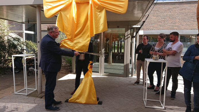 Wethouder Van Orsouw opent het complex.