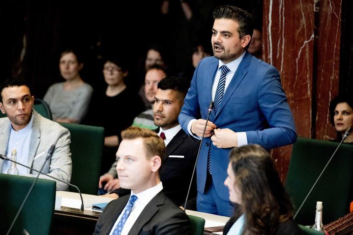 Tunahan Kuzu (Denk) legt de eed af tijdens de installatie van de Rotterdamse gemeenteraad.