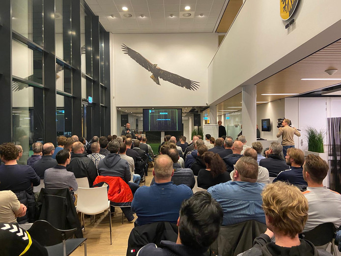 Een afgeladen kantine op Papendal bij de bijeenkomst van Vitesse over jeugdvoetbal.