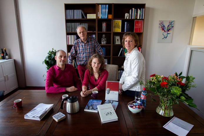 John van Gortel, Jos, Jenny en Marleen van de Laar aan de keukentafel op het kantoor van uitgeverij Damon in Eindhoven.