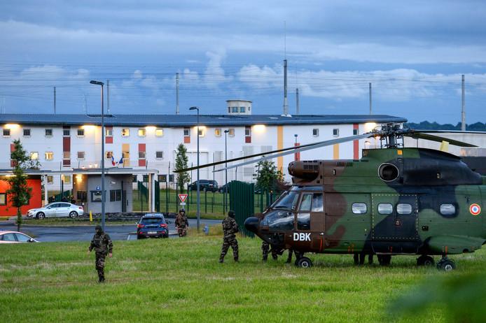 Franse soldaten staan naast een helikopter voor de gevangenis in Condé-sur-Sarthe, noordwest Frankrijk, terwijl er binnen een gijzeling gaande is.
