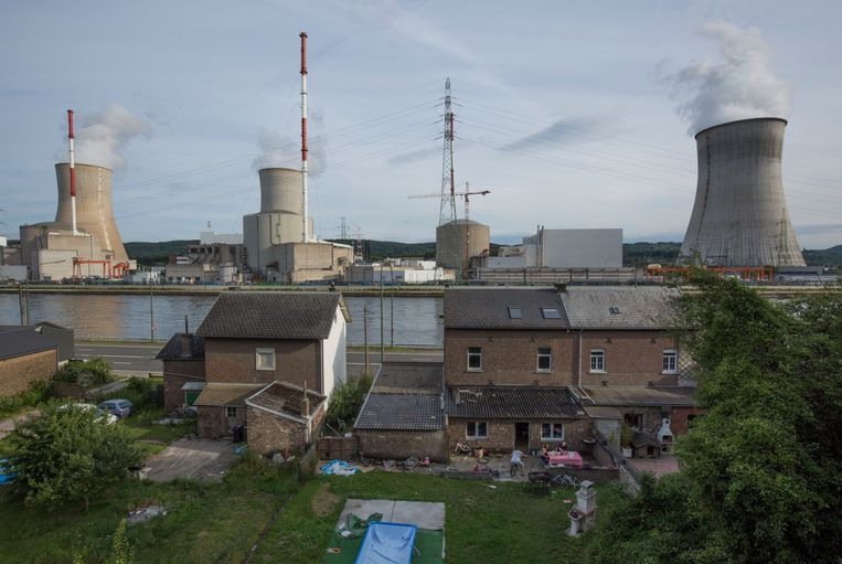 De kerncentrale van Tihange in België. Nucleair afval blijft 10 duizend tot 100 duizend jaar gevaarlijk.  Beeld Getty Images