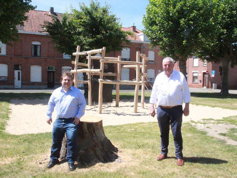 Schepen Roose en burgemeester Lust op het speelplein met de nieuwe toestellen